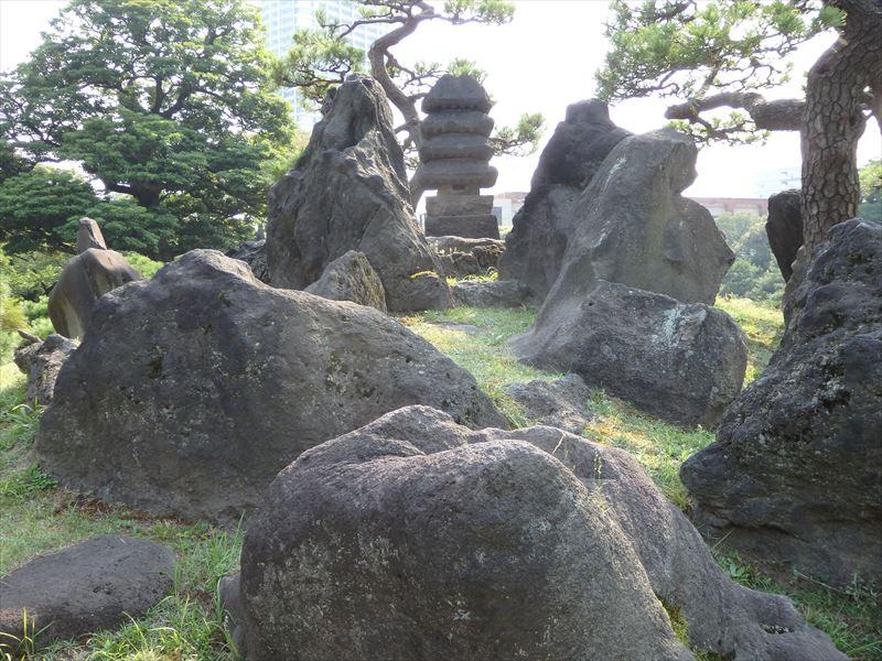 蓬莱山をイメージした石組み