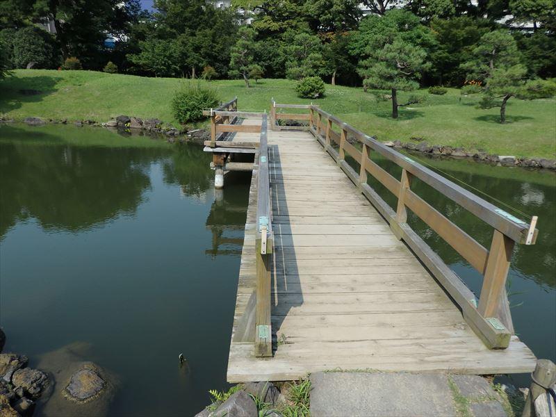 あずまやにもどる珍しい木製の橋