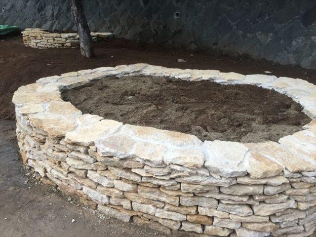 コッヅウォルズの石と石組みを使った花壇