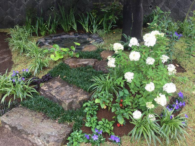 石の階段が雰囲気を盛り立てます