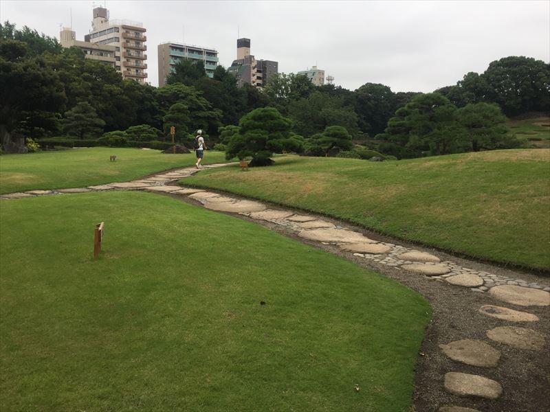 広い庭園の導入部分
