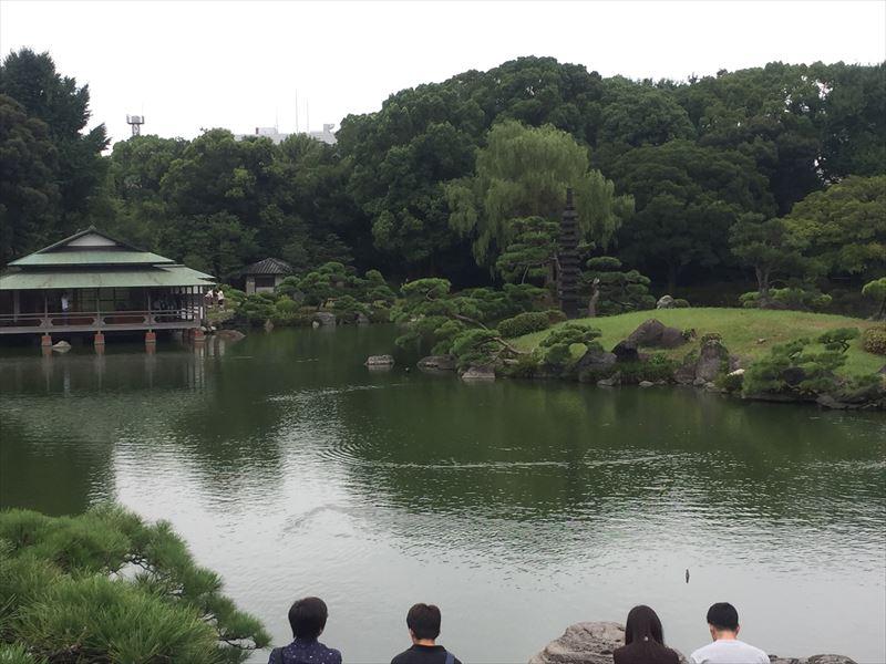 大きな池がある回遊庭園
