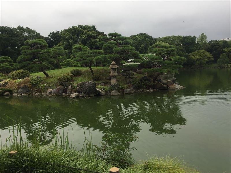 松と灯籠を対岸に魅せる意匠