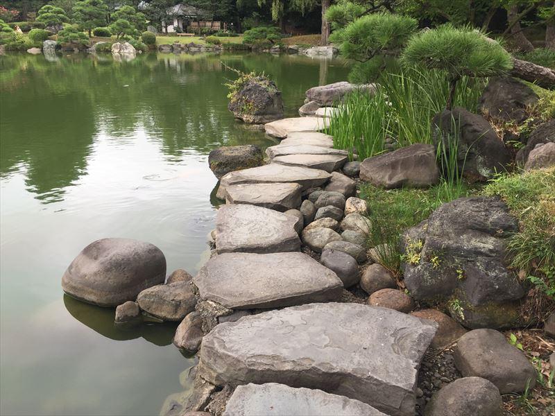 ちょっと怖い川沿いの飛び石