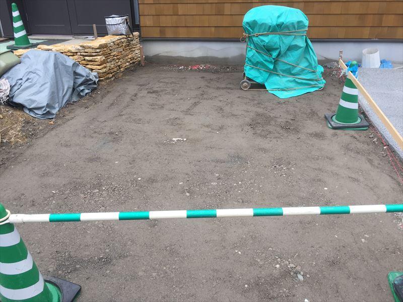 しっかり固められた駐車場の下地