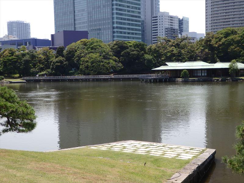 茶室かある巨大な池