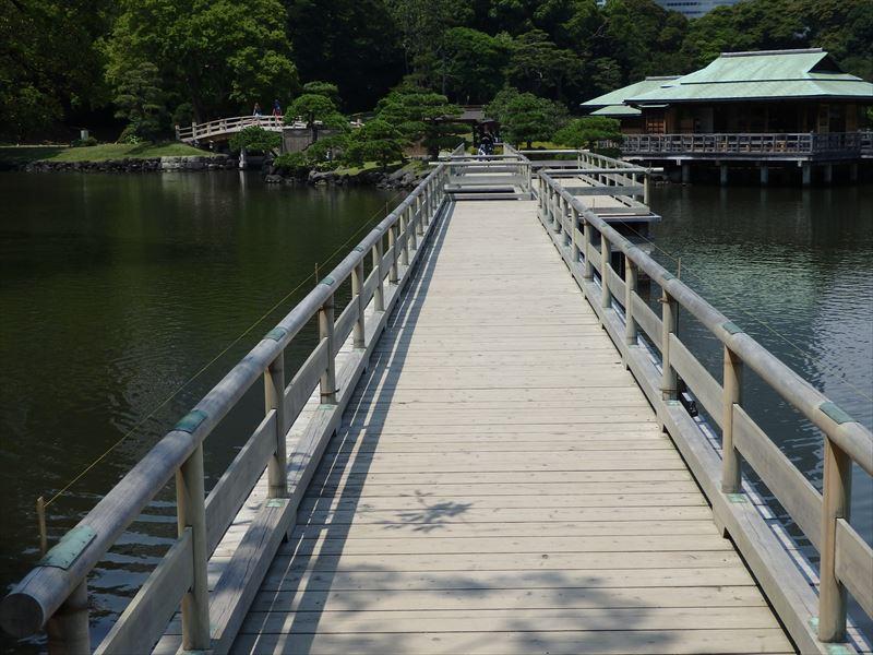 大きな池を渡る長い橋