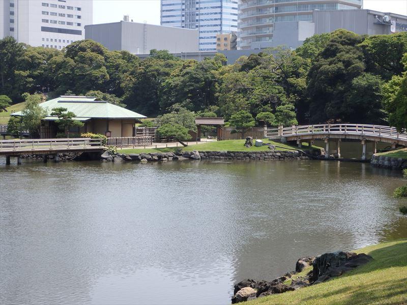 池の中の島に建てられた茶屋