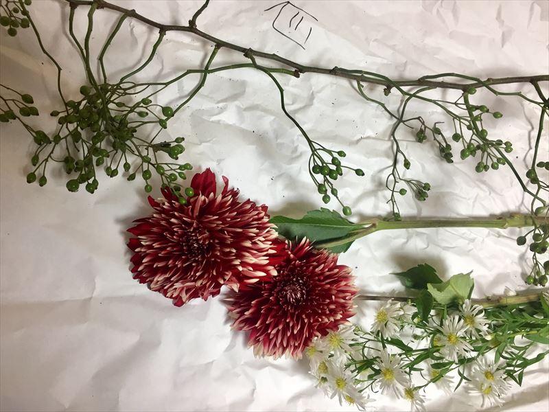 大型のダリアを中心とした夏の終わりの花材