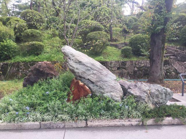 巨石がシンボルのお庭