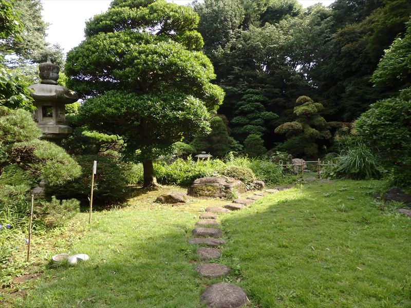 母屋から続く庭園への道