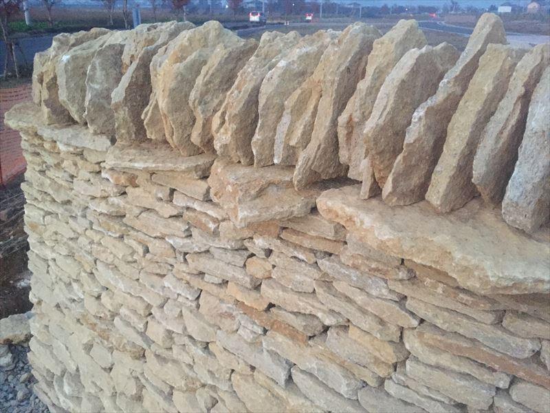 完成したコッツウォルズ地方の石を使ったイギリス式の石積み