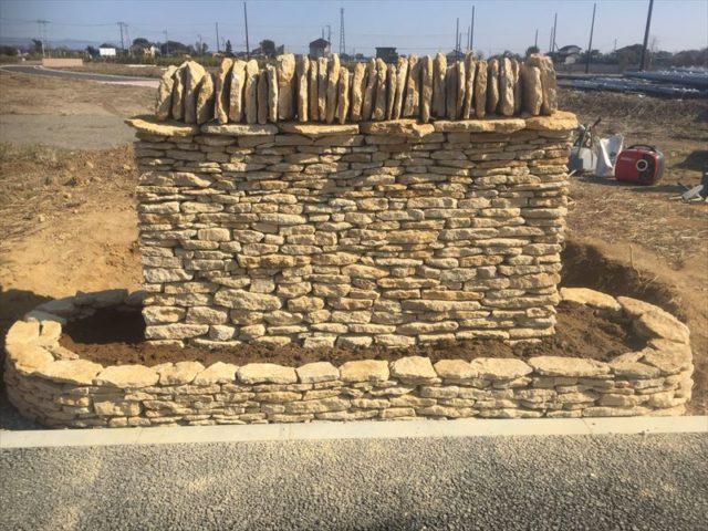 完成した石積みの看板土台