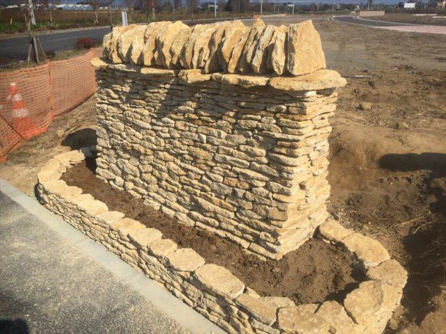 看板が付く予定の石積み土台