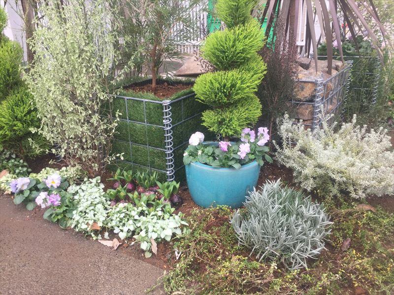 緑がいっぱいの保育園のカート置き場を制作