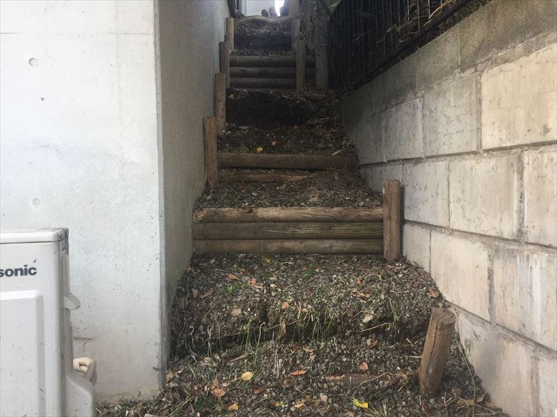 崩壊寸前の崖の丸太階段
