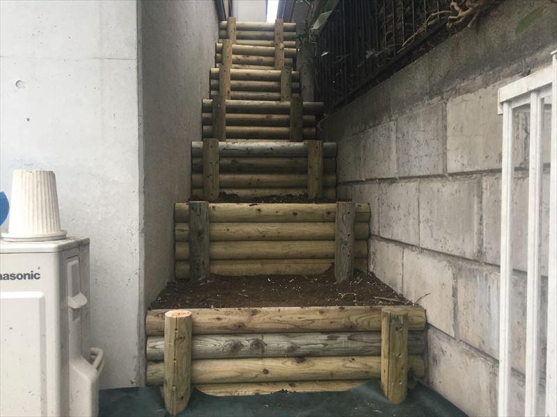 防虫・防腐処理された新しい丸太階段