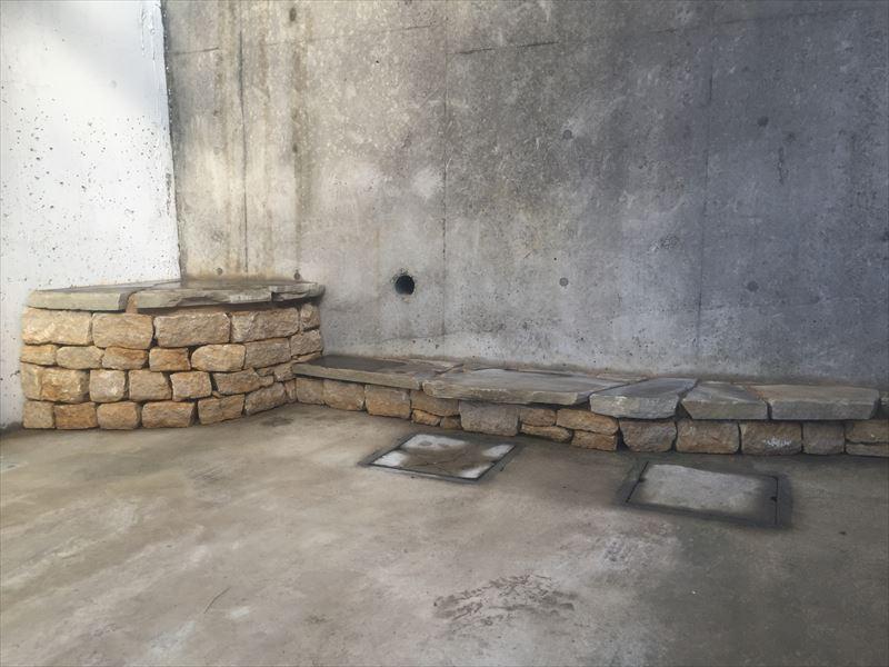 鉢植え置きのために既存の石を使用して石積み