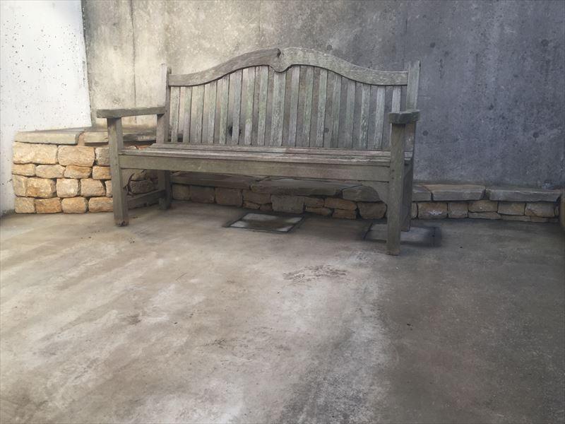 使っていなかったアンティークのベンチが活かされた例