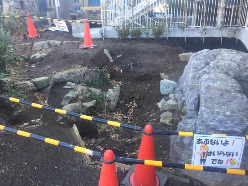 幼稚園の園庭の工事現場