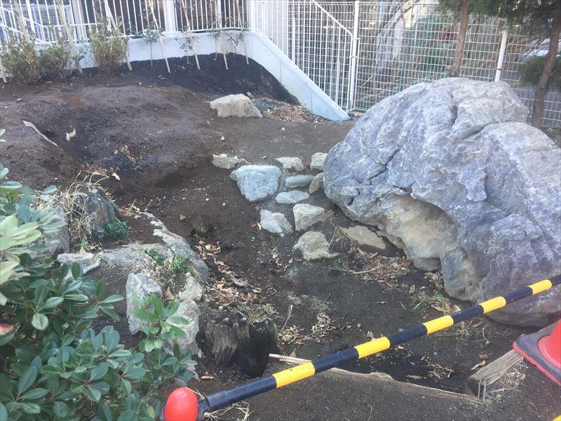 園庭から新しい建物への傾斜がある場所の造園