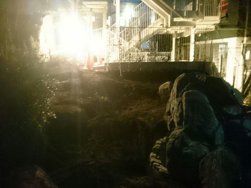 冬の早い夕暮れの中でも造園作業