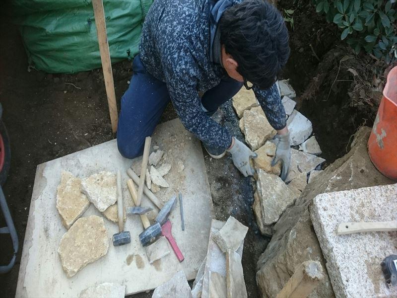 石積みの基本、空積みを行う職人