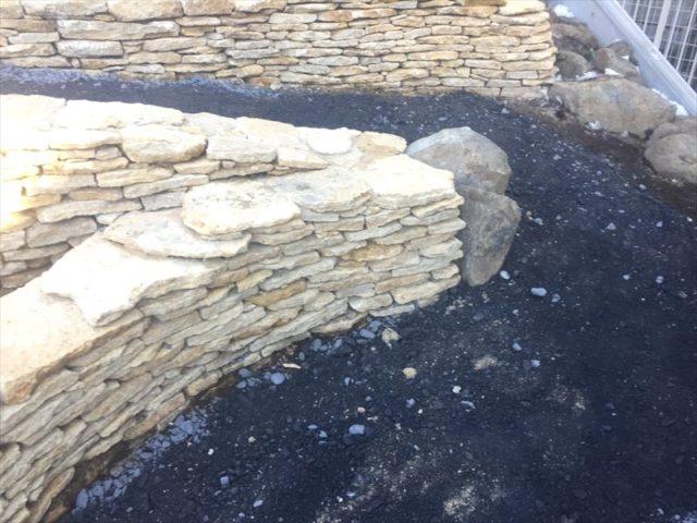 種類の違う石を組み込んだ石積み作業