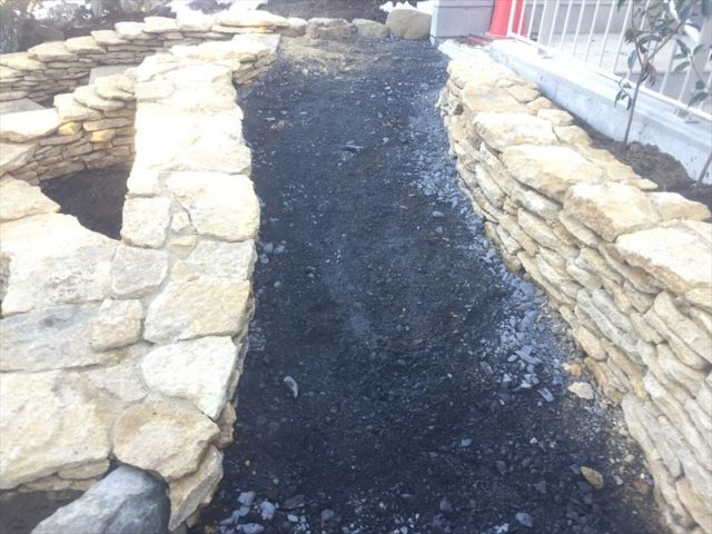 職人さんたちがキレイに仕上げた石積み作業