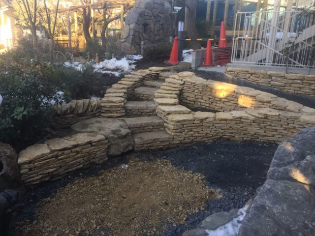 大変な石積み作業が終了した造園工事