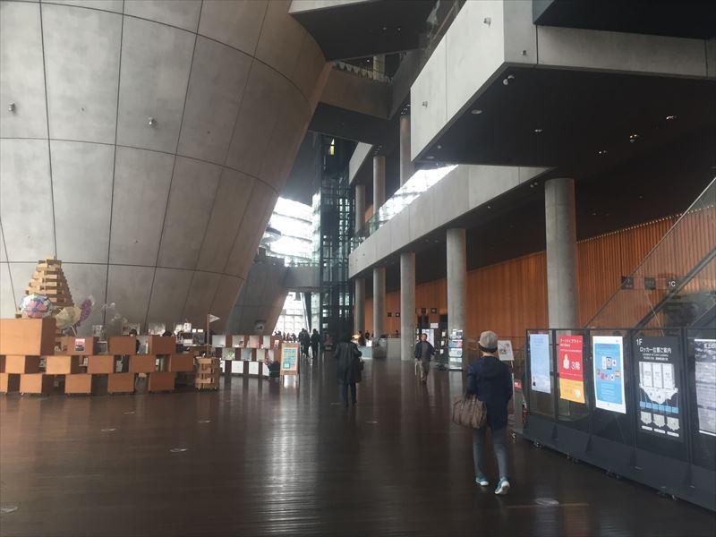 天気の影響なのか空いている国立新美術館