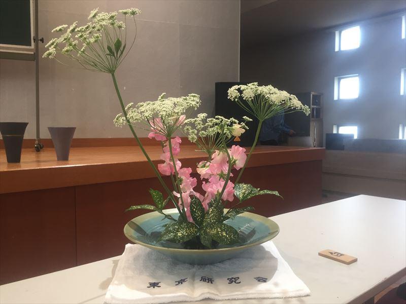 白札をいただいた池坊研究会の自由花