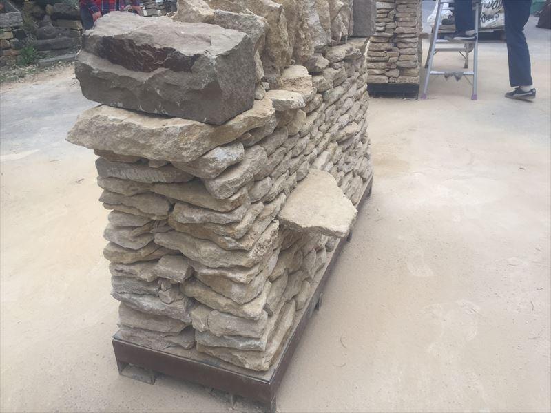 完成した石積み講習会のスルーストーン