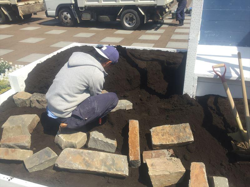 土と石で地盤作り