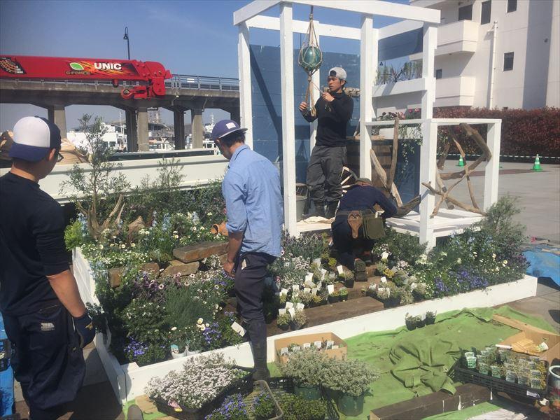 順調に植栽が進むスプリングガーデンの貝塚造園チーム