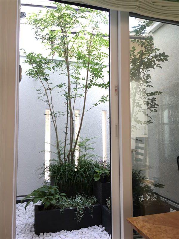 目黒区の個人邸の二階に施工したベランダガーデン