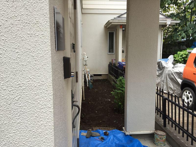 綺麗に除草した軒下の最小スペース