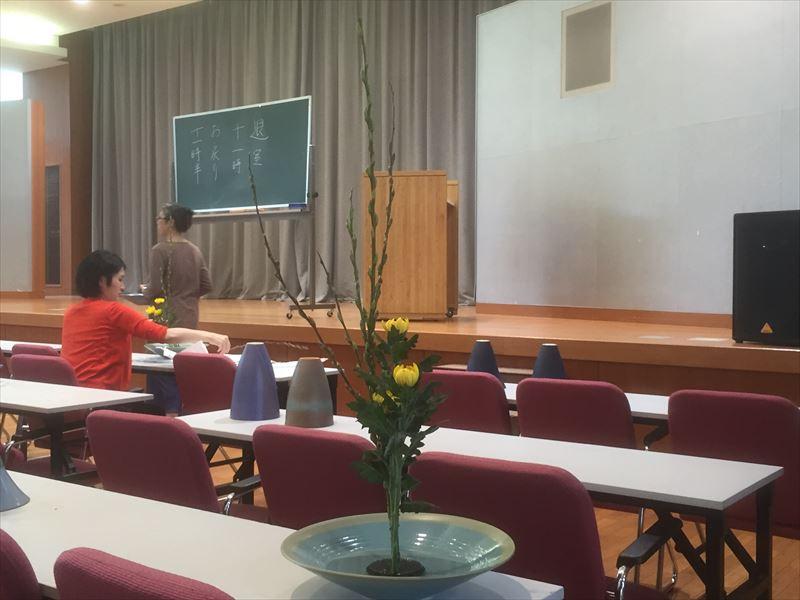研究会で白札をいただいたアカメヤナギと菊の生花