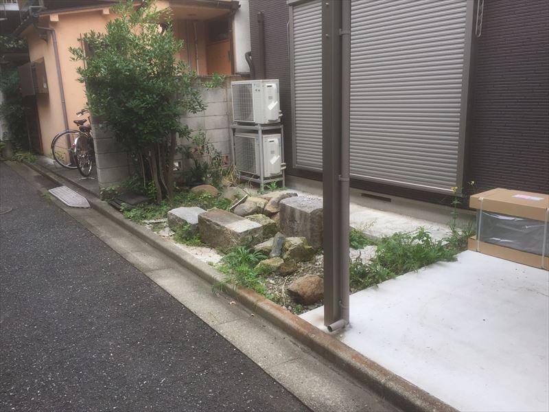 手付かずのお庭に残された廃材