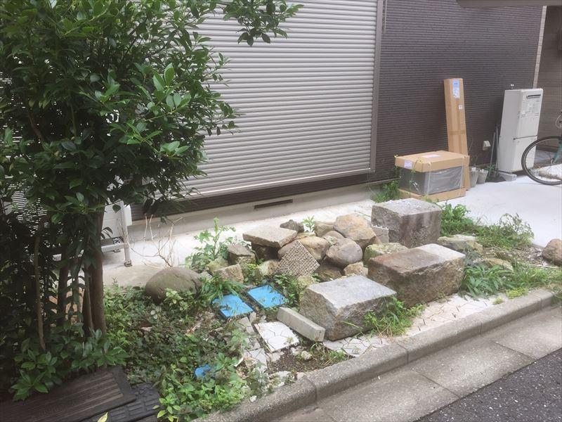 以前の家主の廃材が残ったままのお庭