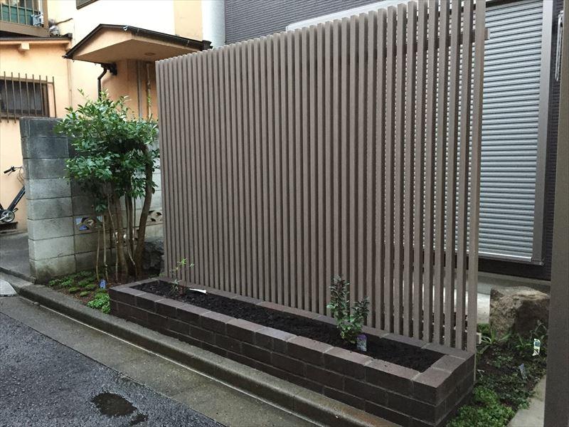 アルミ製のフェンスとレンガの花壇工事