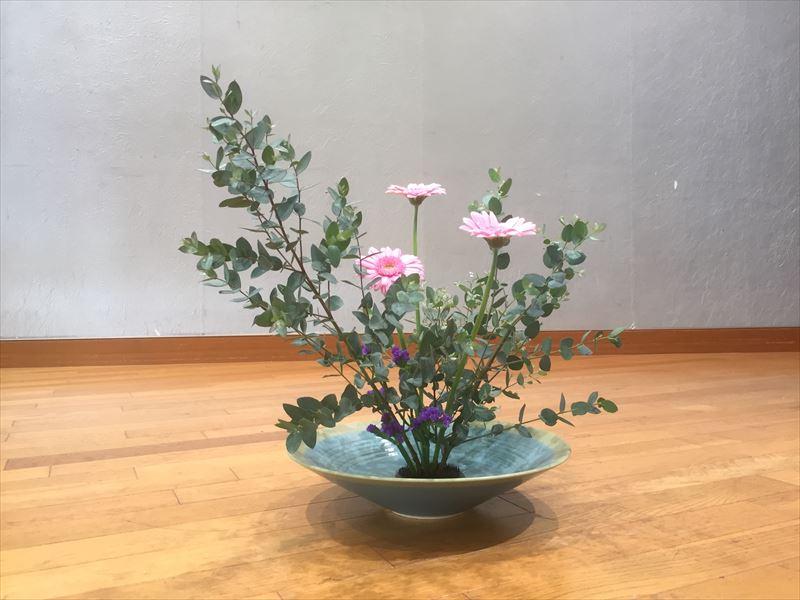 ユーカリとガーベラ、あとはスターチスかと思ったら違う花だった秋の池坊自由花