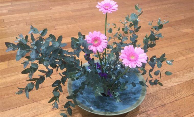 季節の花ガーベラがとても美しい池坊の自由花