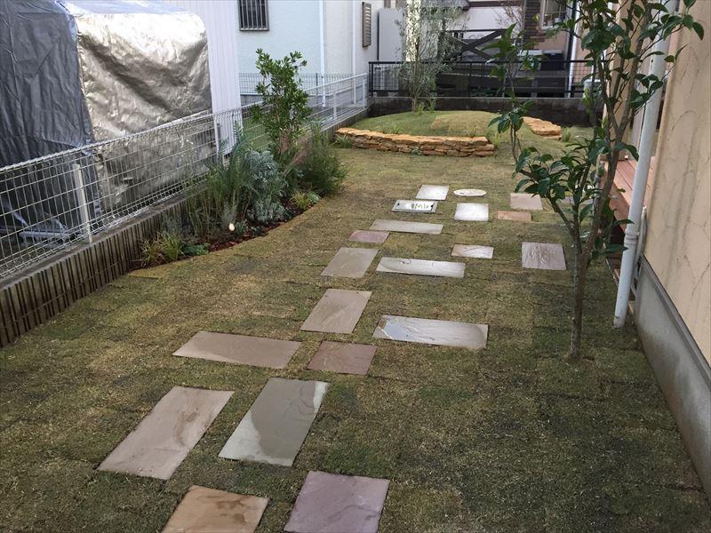 庭の奥へ引き込まれるリズミカルなステップを踏む飛石