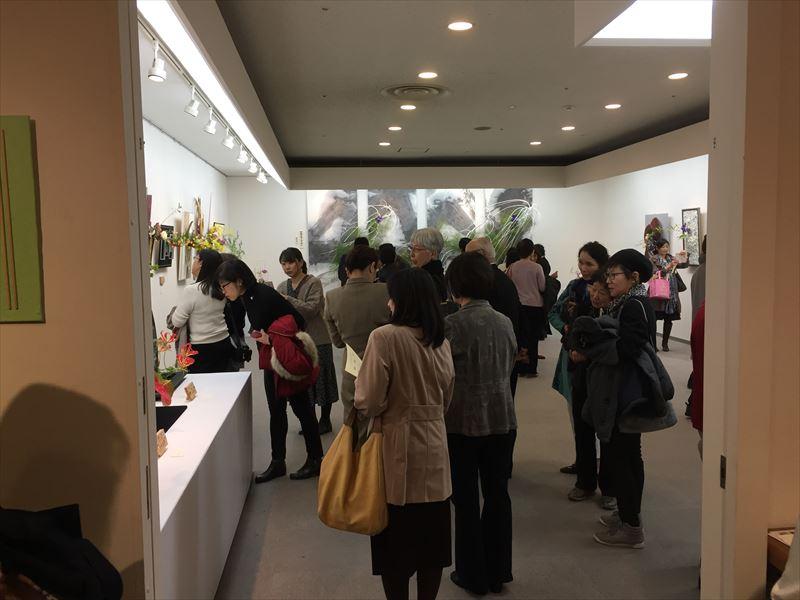 最終日にこみあう銀座の池坊の自由花の展示会