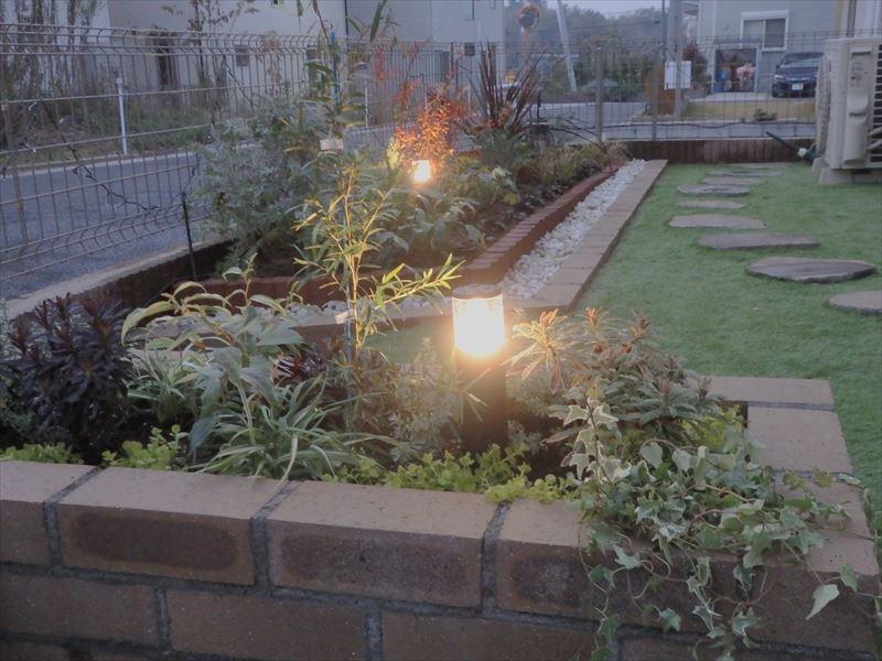 新設したガーデンライトが映えるお庭