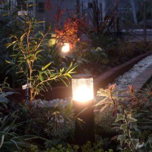 新設で設置したガーデンライトが素敵な花壇のあるお庭