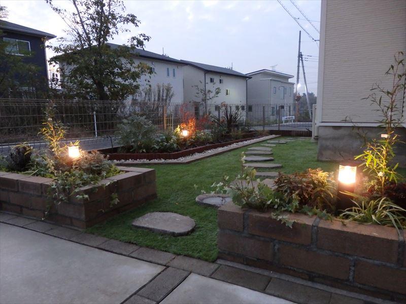 玄関前の明かりと癒やしのガーデンライトがあるお庭