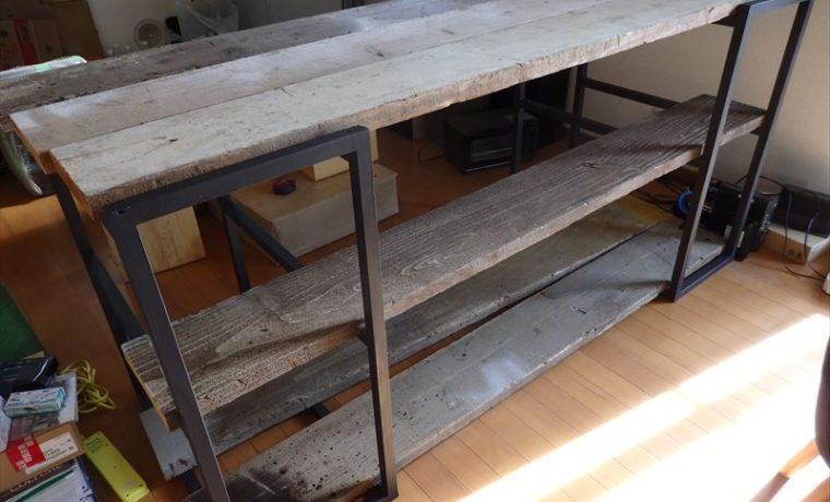 完成した手作りのアイアンと足場板の棚