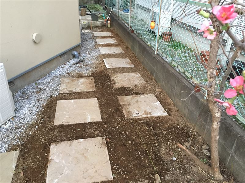 大きな石は土の上に置いても安定する